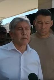 Автомобиль, в котором находился Алмазбек Атамбаев, обстреляли боевыми патронами