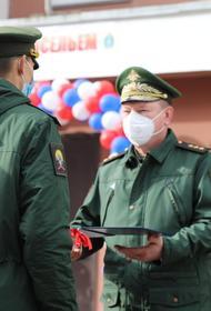 Командующий ЦВО вручил ключи от служебных квартир военнослужащим в Челябинске