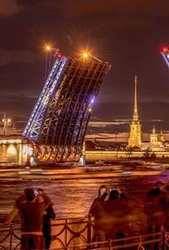 Опубликовано видео, как мотоциклист упал с разведенного моста в Санкт-Петербурге