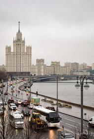 Власти Москвы: необычная зеленая вода в Москва-реке появилась из-за ремонта в доме