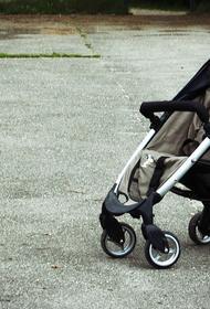 Во дворе жилого дома в Татарстане нашли брошенного в коляске ребенка