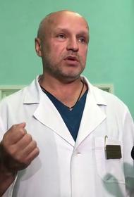 Семье врача, лечившего Навального, угрожают расправой