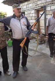 Армия обороны Карабаха раздает автоматы Калашникова армянскому населению