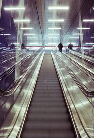 В столичном торговом центре двое детей с коляской упали с эскалатора