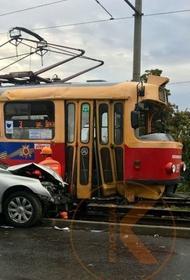 В Краснодаре от столкновения с машиной трамвай сошёл с рельс