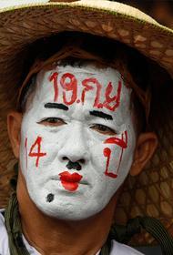 Власти Таиланда хотят закрыть телеканал бывшего премьера из-за протестов