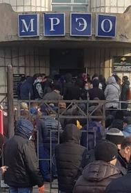Хабаровчане, несмотря на пандемию, вынуждены стоять в очередях в ГИБДД