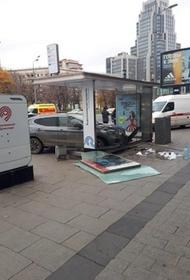 Автоледи, въехавшую на машине в остановку в центре Москвы, увезли в полицию