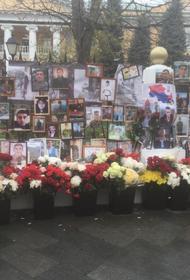 Мемориал у армянского посольства в Москве в память о погибших в Карабахе продолжает расти