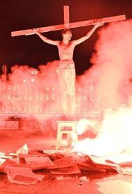 Зачем мужчина имитировал распятие Христа на Лубянской площади