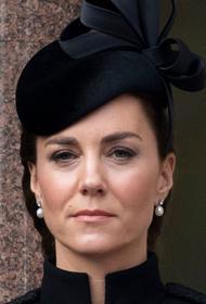 Кейт Миддлтон в День памяти павших появилась на публике в «военном» пальто и оригинальной шляпе