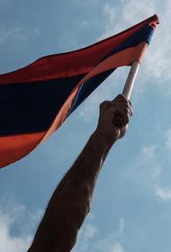 Протестующие в Ереване против соглашения по Карабаху ворвались в парламент и заняли трибуну