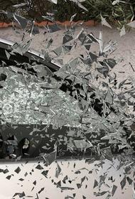 В Иркутске водитель иномарки зацепил другую машину и врезался в торец жилого дома