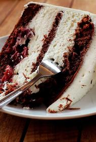 Врач-диетолог Соломатина считает, что не стоит ругать себя за лишний кусок торта