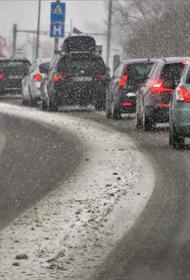 В районе 53 километра МКАД пробка образовалась из-за ДТП с участием грузовой и легковой машин
