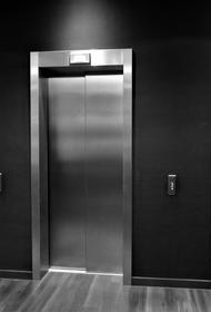 Лифт с пенсионеркой начал резкое движение вниз во время спасательной операции