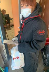 Волонтёры доставили  продуктовые наборы ко Дню работника транспорта