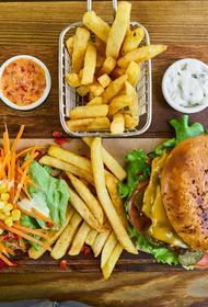 Диетолог рассказала о том, что даже вредная пища может улучшить показатели холестерина