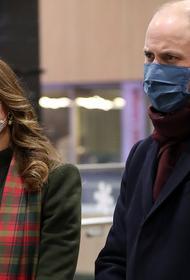 Принц Уильям и герцогиня Кэтрин появились в защитных масках на лондонском вокзале