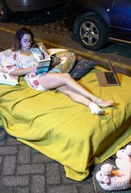 Художница-акционистка устроила «постельный протест» в Стамбуле