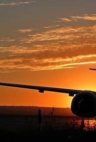 Мужчина залез на крыло самолета в аэропорту Лас-Вегаса