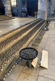 В Германии установили памятник жертвам коронавируса. Один гвоздь - одна смерть