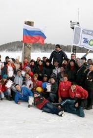 На Урале Деды Морозы и Снегурочки настоящие: чтобы доказать это, они обольются холодной водой и искупаются