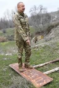 Алиев свалил армянский дорожный указатель и потоптался на нем во время поездки по районам, оставленным НКР