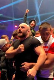Бойцы ММА устроили драку на Fight Nights.  В клетку забежали сторонники спортсменов и началась массовая битва