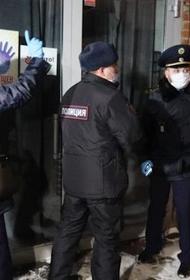 Сотрудникам полиции пришлось выламывать дверь работавшего после полуночи ресторана