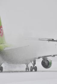 В аэропортах Москвы из-за ледяного дождя задержано и отменено более 150 рейсов
