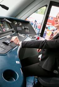 Уже женское дело. Впервые на работу в московском метрополитене вышли 12 женщин-машинистов электропоезда