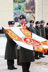 В соответствии с российскими воинскими традициями мотострелковый полк ЗВО получил знамя нового образца