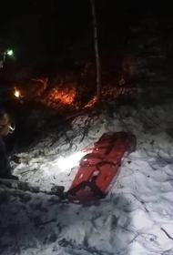 Спасатели МЧС помогли водителю и пассажиру съехавшего с 15-метрового склона авто