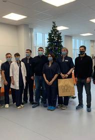 Хоккеисты поздравили врачей челябинской «коммунарки» с Рождеством