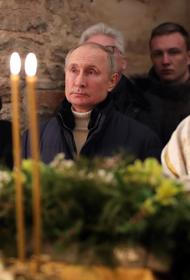 Путин посетил Рождественскую службу в храме Николая Чудотворца и подарил икону