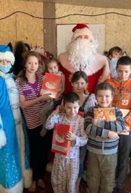 Две сотни хабаровских семей посетил полицейский Дед Мороз