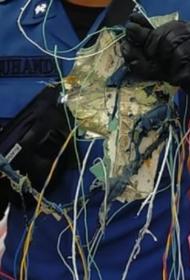 Боинг 737-500, который пропал спустя 4 минуты после взлета, упал в воду. На побережье найдены обломки самолета и части тел