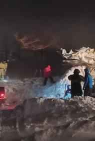 Сошедшая в Красноярском крае лавина унесла уже две жизни. Под тоннами снега еще находятся люди, но надежды мало