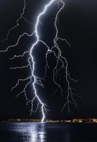 В Интернет попало видео, как  рядом с мужчиной ударила молния