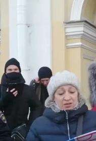Петербургскую активистку задержали за поддержку протестующего Хабаровска