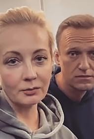 «Я надеюсь, что мы с вами долетим», заявил Навальный журналистам уже на борту самолёта