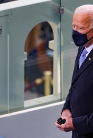 Байден объявил минуту молчания в память об умерших от коронавируса