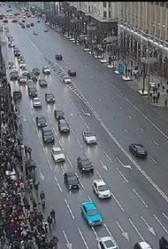 Участники незаконной акции в Москве блокируют движение транспорта