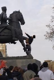 Казаки потребовали привлечь к ответственности спустившего штаны митингующего