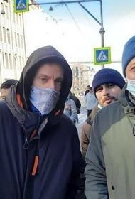 Журналист Юрий Дудь пришел на митинг во Владивостоке. Местные СМИ пишут, что на улицах сейчас больше 4 тысяч человек
