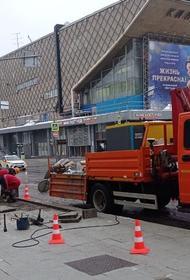 В Москве на Пушкинской площади колонны автозаков и строители. Они поставили перегородки и перекладывают плитку