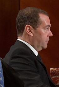 Медведев поддержал идею о компенсации затрат на интернет малоимущим семьям