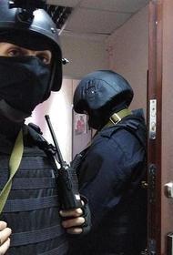 Обыски в Москве проходят сразу по нескольким адресам. В квартиру Юлии Навальной не пускают адвоката