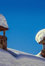 Четыре человека погибли после схода снега с крыши здания в Алтайском крае